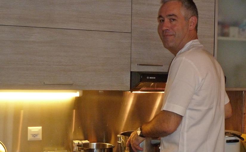 Olivier en cuisine pour le Marché de Noël des Artisans Créateurs